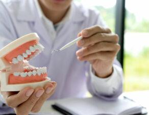 Enfermedades bucodentales más comunes: caries, gingivitis y periodontitis.